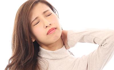 【肩こり】首の横に違和感がある女性